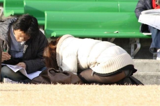 公園の芝生に寝そべってる女子、下半身の具が見えそうwww0025shikogin