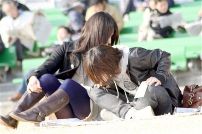 公園の芝生に寝そべってる女子、下半身の具が見えそうwww0026shikogin
