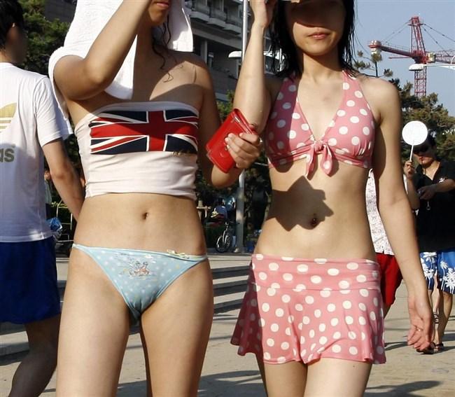 ビーチで乳首ポロリに気が付かず世間に晒してる女子www0003shikogin