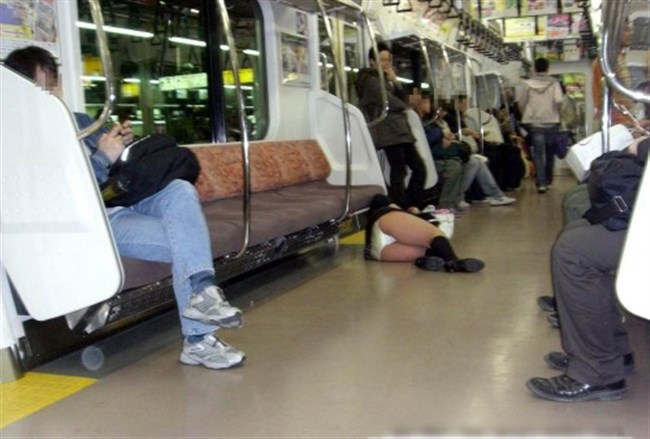 ミニスカ女子が電車内で爆睡するとこうなるwwww0009shikogin