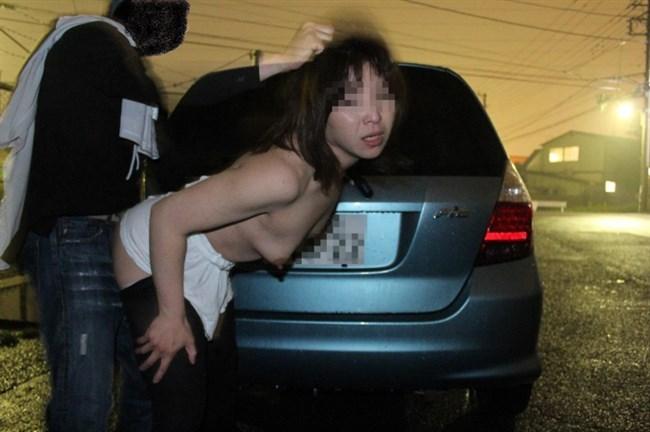 露出調教中の彼女の濡れ具合を挿入で確かめる青姦好きな彼氏www0003shikogin