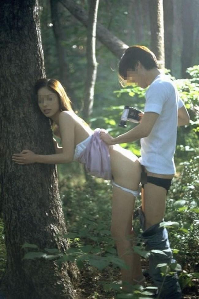 露出調教中の彼女の濡れ具合を挿入で確かめる青姦好きな彼氏www0009shikogin
