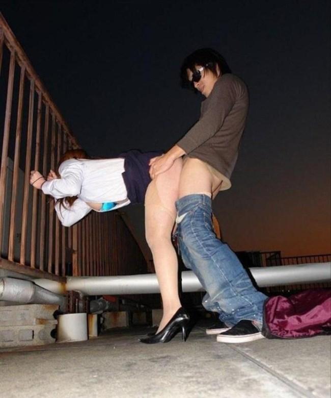 露出調教中の彼女の濡れ具合を挿入で確かめる青姦好きな彼氏www0012shikogin