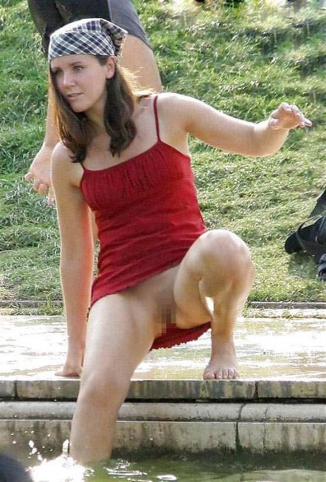 外国人女子のパンチラを覗いたらまさかのノーパンwwww0003shikogin