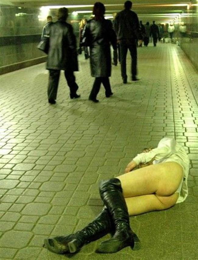 泥酔して衣服を脱がされた女子の末路wwwwww0004shikogin