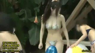【美少女】スレンダーでHなビキニの美少女痴女の、ハーレム騎乗位プレイがエロい!!抜群のプロポーション!【エロ動画】