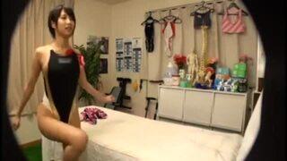 【トイレ】競泳水着姿の女子大生、湊莉久のマッサージ寝バック覗き無料エロ動画。【湊莉久動画】