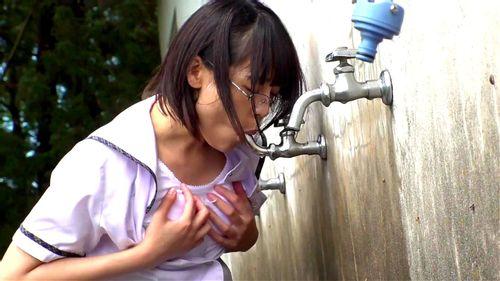 【エロ動画】メガネのJK女子校生の、おしっこパンチラお漏らしプレイがエロい!!