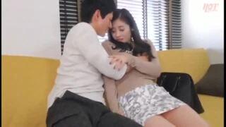 【エロ動画】スレンダーでエロい美乳の人妻の、電マフェラ中出しプレイがエロい。