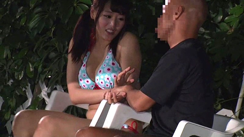 野外にて、巨乳で水着姿の女性の、露出羞恥潮吹き無料動画。【バイブ動画】