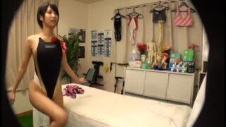 【エロ動画】着衣で水着姿の女子大生、湊莉久のセックスマッサージ寝バックプレイがエロい!