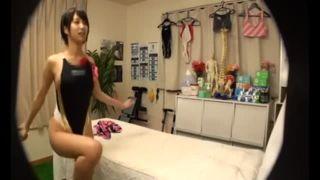 スレンダーな美脚で水着姿の女性の、のぞきマッサージ手コキエロ動画。