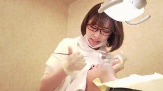 【エロ動画】眼鏡の美少女歯科衛生士、深田えいみの誘惑乳首責め手コキプレイエロ動画!
