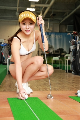 Sumire Noda plays golf in a swimsuit 2021001
