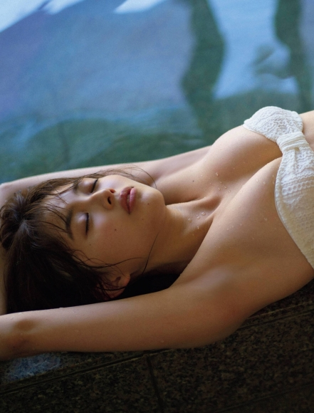 Nanami Mori swimsuit bikini gravure Hot spring trip for two celebrating 20 years old009