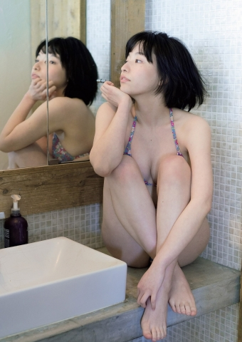 Kaoru Higashide swimsuit bikini gravure Maiden with short black hair 19 years old charm 2021004