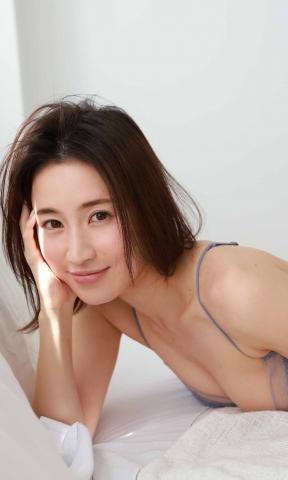 Ayana Samukawa made her gravure debut at the age of 32011