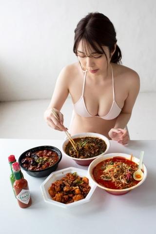 Serizawa Marina in a swimsuit cooking very hot food002