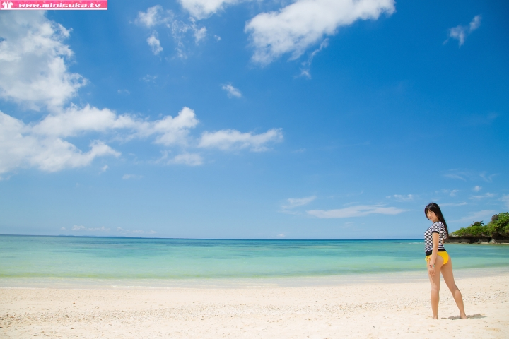 Nanna Tanaka Yellow Swimsuit Beach010