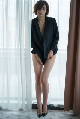 Mami Yamazaki swimsuit gravure Thirties in black 010