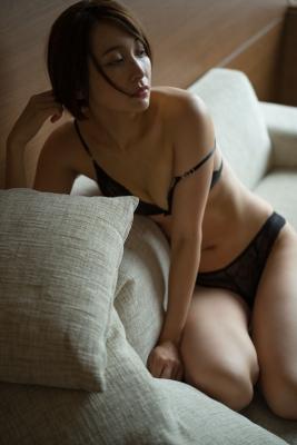 Mami Yamazaki swimsuit gravure Thirties in black 027