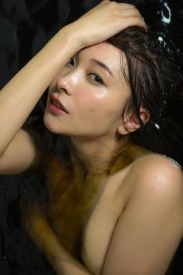 Mami Yamazaki swimsuit gravure Thirties in black 030