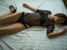 Mami Yamazaki swimsuit gravure Thirties in black 040
