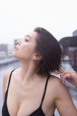 Mami Yamazaki swimsuit gravure Thirties in black 044