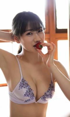 Maki Shinkai the beautiful Uber Eats delivery girl with the amazing body009
