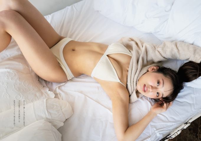 Sora Narumi who usually works as an office workershows off her beautiful body in her first swimsuit gravure004