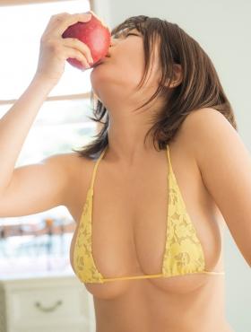 Momo Fujita bites into an apple while wearing a swimsuit011