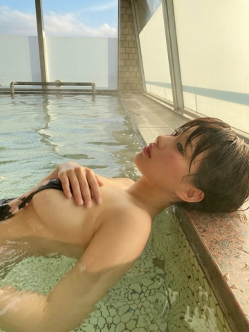 Yu Yamamoto is about to take the gravure world by storm with her alluring Hcups042