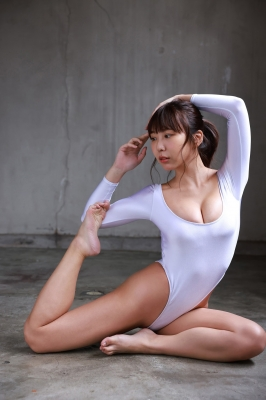 Aoi Hinata Baton Twirling in a Swimsuit007