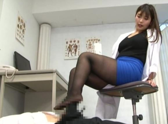 ドSな保健室の先生が蒸れたパンストで足コキしてアナル責めの脚フェチDVD画像3