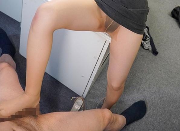 ノーブラと卑猥な淫語で男を誘惑しパンスト足コキで悩殺させるの脚フェチDVD画像4