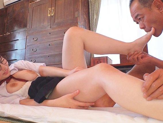 無垢な少女が中年オヤジにクルーソックス足コキを強要されるの脚フェチDVD画像5