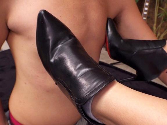 ライダースバンド女子のブーツコキや革で蒸れた網タイツ足コキの脚フェチDVD画像5
