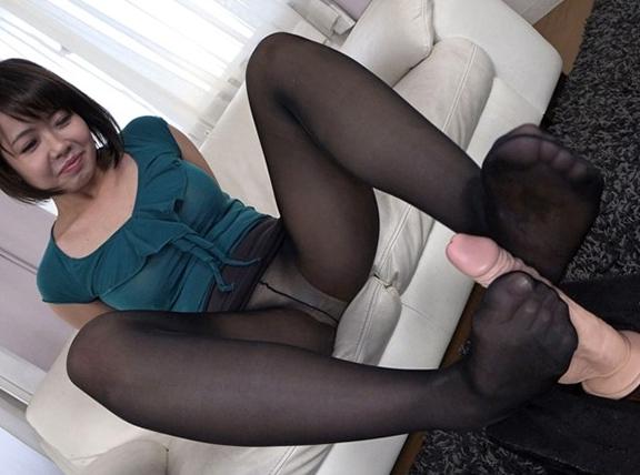 人妻の熟れたパンストの足裏で足コキして着衣SEXで大量射精の脚フェチDVD画像3