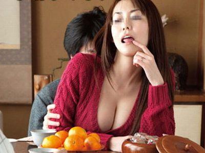 【人妻】町内会の集まりで欲求不満のエロエロ団地妻をハメる!コタツの中でイタズラされ町内会長が眠る傍で浮気不倫セックス!