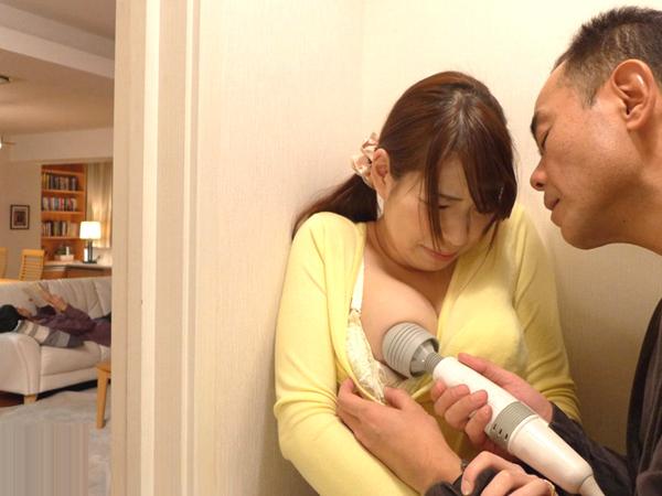 【香山美桜】内緒で風俗で働く巨乳妻が隣人に気付かれ逆らえず夫がいるのに玄関で電マとバイブでイカされる。