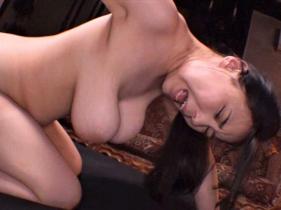【吉根ゆりあ】Mカップ超乳のドM娘にイラマチオ&乳首を抓り上げ馬乗りパイズリしてパイパンマンコにチンポを挿入!