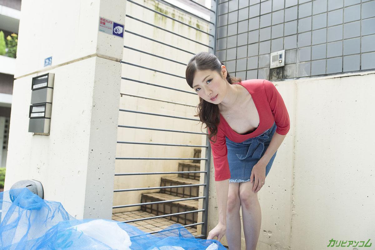 ヤリマンと噂の隣の奥さんは浮きブラでゴミ出し場に現れる