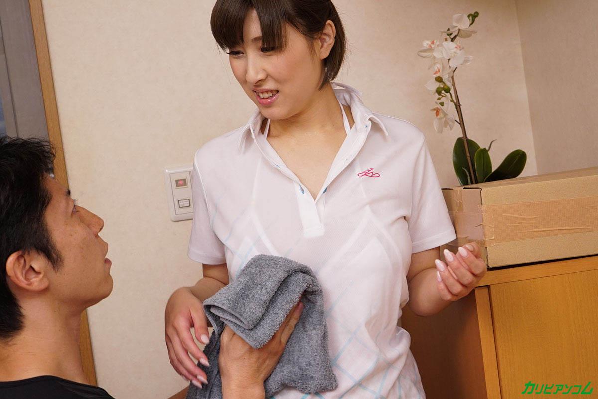 女性配達員にお水をぶちまけてデカ乳がくっきり!