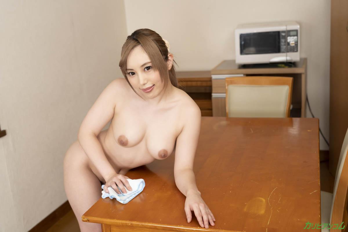 裸で客人を迎え入れる無防備すぎる美人妻