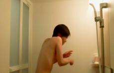シャワーの水の冷たさに驚く久美子