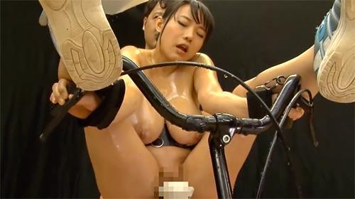 2大AVクイーンの澁谷果歩と浜崎真緒、新人爆乳女優の桜乃ゆいなの3人が自転車に犯●れる!