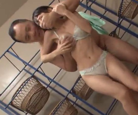 入浴客の目を盗みながら生挿し!膣奥までえぐり突かれ飛び散る湯しぶき!