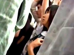 満員電車のスカ下にハーパンJKちゃん、複数人に痴○されて半泣きになってしまう