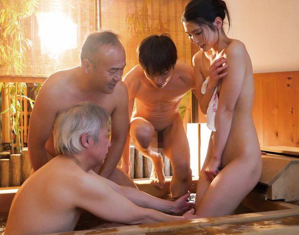 会社の先輩達と温泉宿に行ったら妻が温泉で犯されまくってしまった。本庄鈴