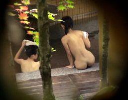 その辺のヘルスセンターでおっぱい丸出しの女の子隠し撮り!カワイイ女の子2人組♪